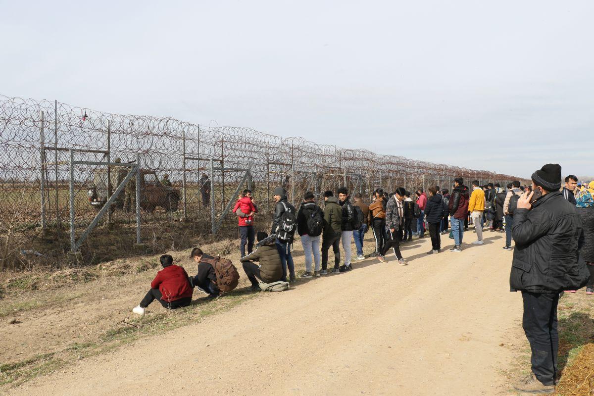 Mülteciler sınıra yürüdü