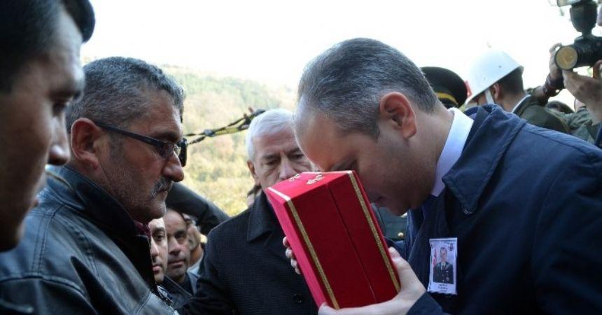 Şehidin babasına Türk Bayrağı