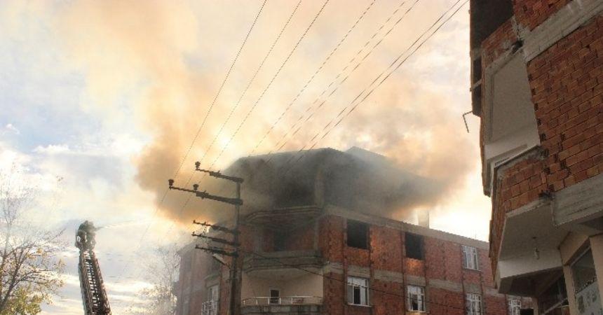 Çatı yangını panik yarattı