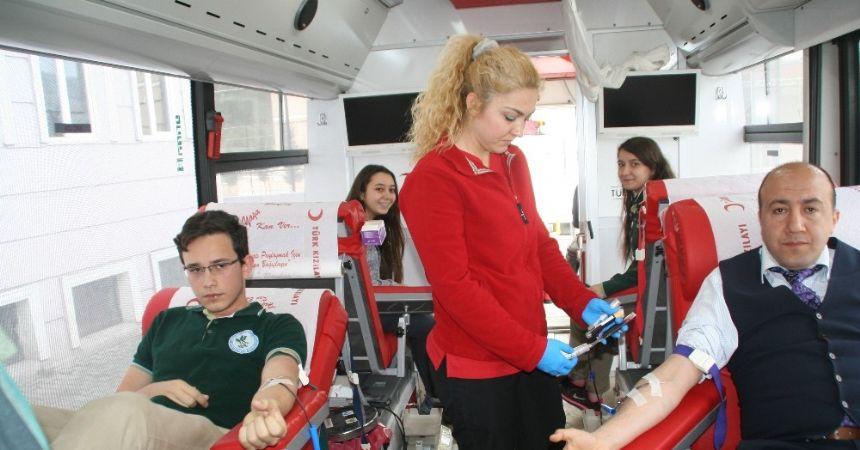 Öğrencilerden gönüllü kan bağışı
