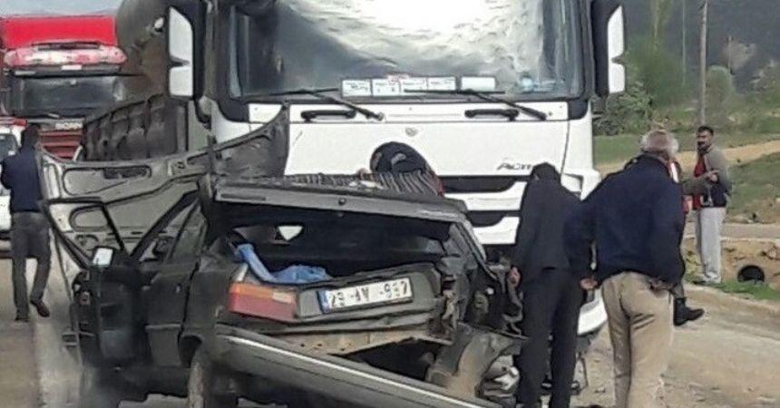 Duran TIR'a çarptı: 1 ölü