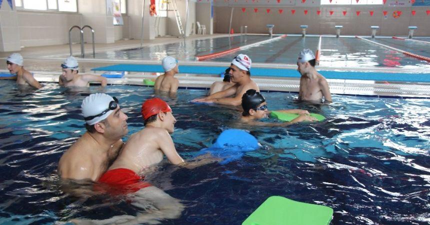 Engelli çocuklara işaret diliyle yüzme eğitimi