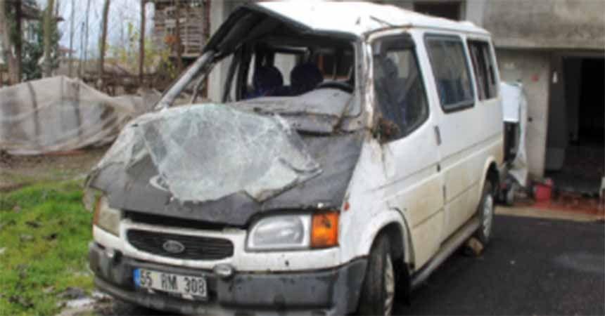 Minibüs su kanalına devrildi: 8 yaralı