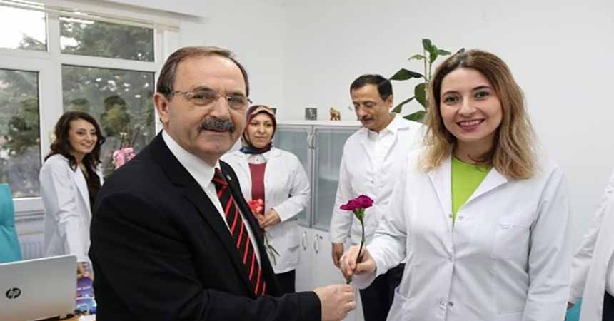 Şahin'den sağlık çalışanlarına karanfil