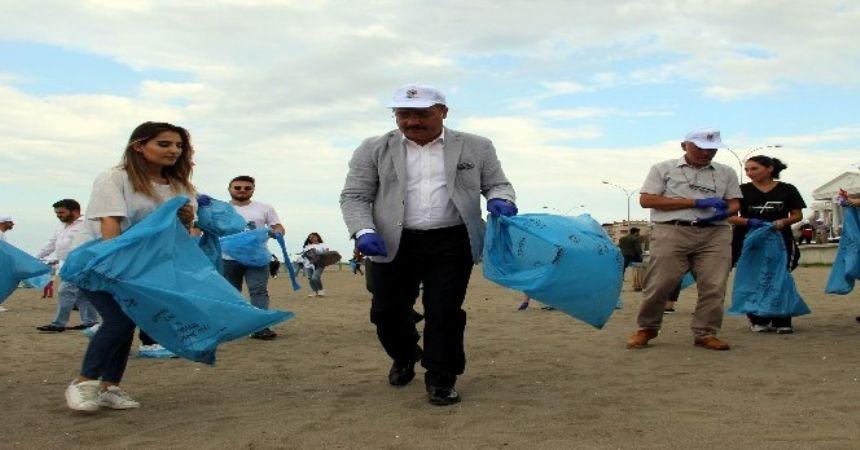 Sahilde çöp temizliği