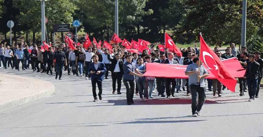 Üniversitelilerden bayrak yürüyüşü