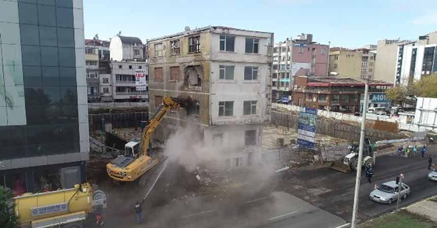 Meydandaki son bina da yıkılıyor