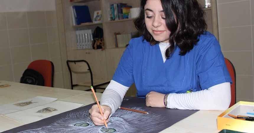 Tedavi ettiği hastalarının resmini yapıyor