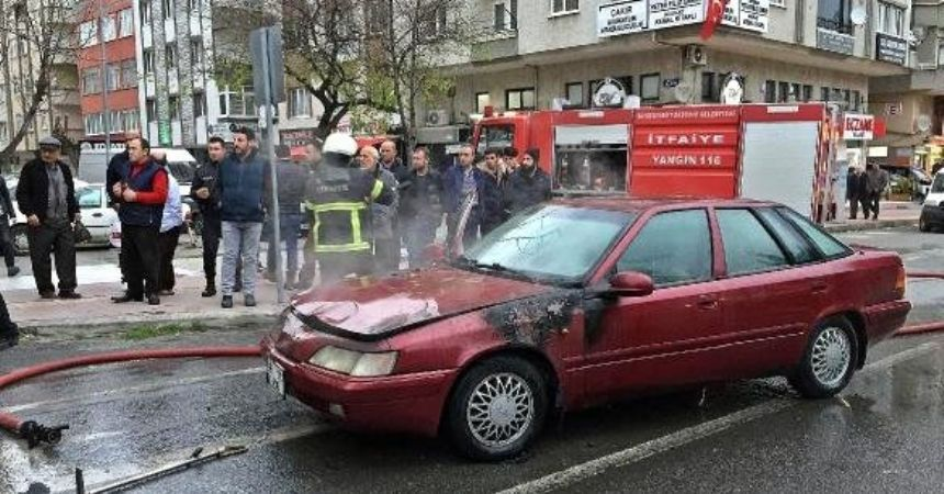Çocuklarını yanan otomobilden kurtardı