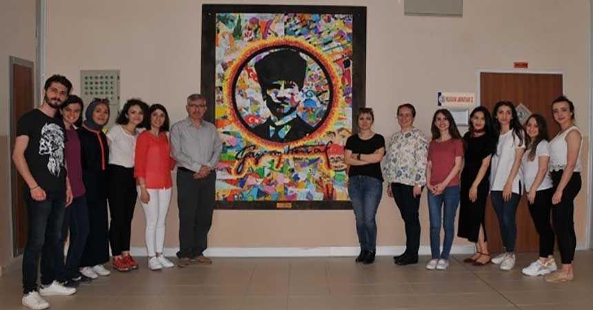 100 farklı çocuk resminden Atatürk panosu yaptılar