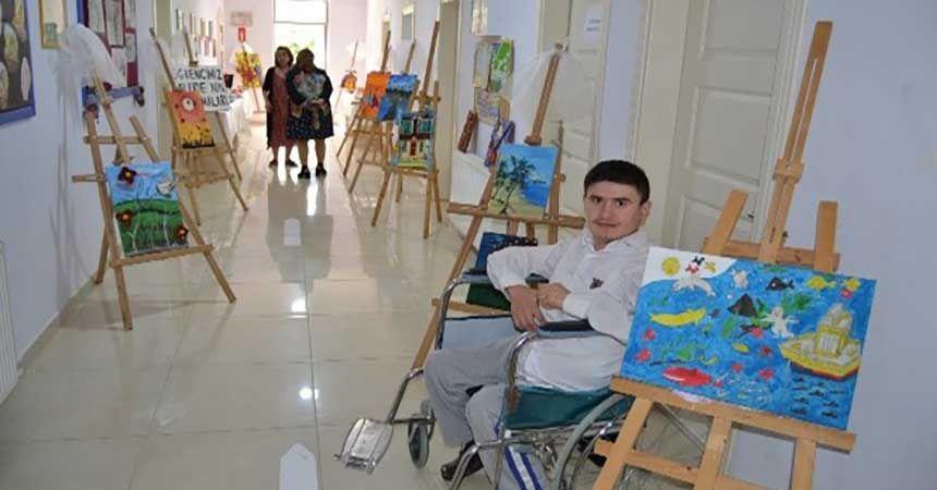 Özel öğrenciler el sanatlarını sergiledi