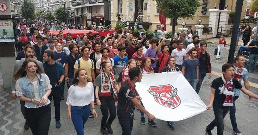 Liseli Samsunsporlular şehitler için yürüdü