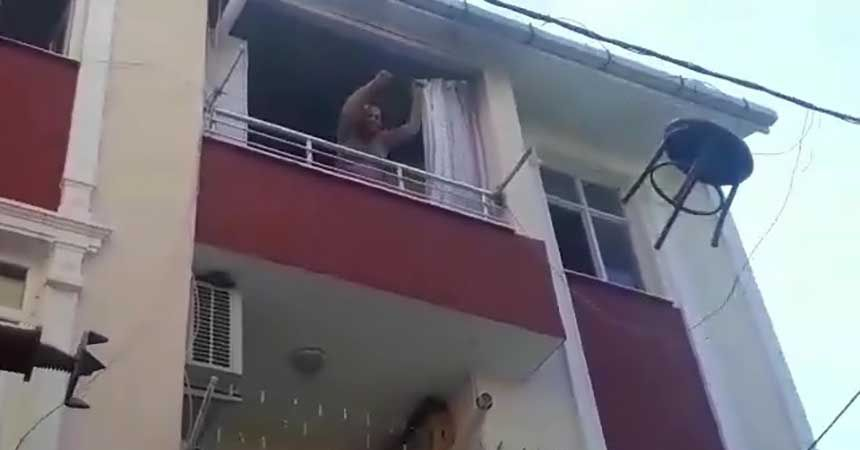 Sinir krizi geçirip evi yaktı