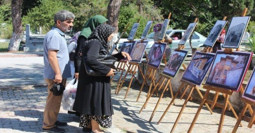 Mezarlıkta resim sergisi
