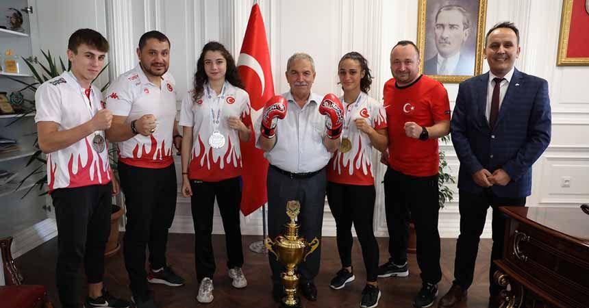 Madalya sevincini Demirtaş'la paylaştılar