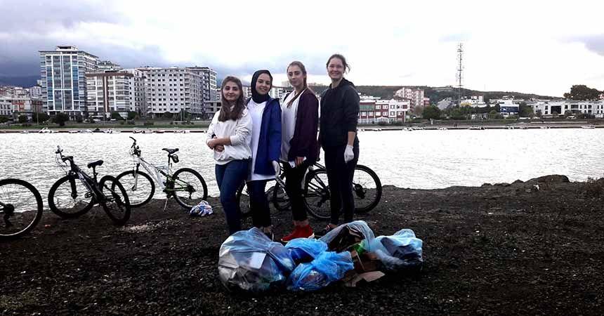Bisikletleriyle gelip çevreyi temizlediler