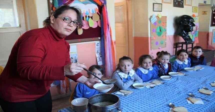 Öğrencilerine her sabah çorba pişiriyor