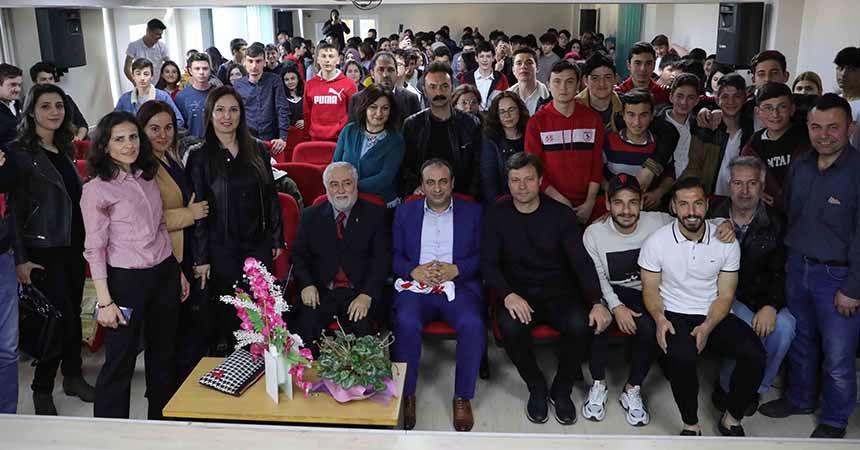 Sağlam ve futbolcular öğrencilerle buluştu