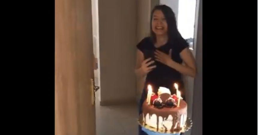 Karantinada doğum günü sürprizi
