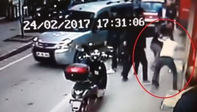 Sokak ortasında müşteriyi dövdü