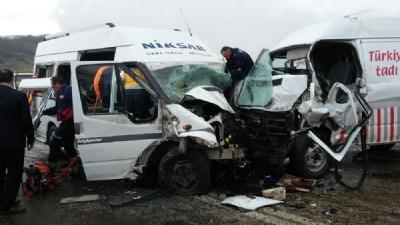 Minibüsler çarpıştı: 16 kişi yaralandı