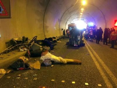 Tünel içinde kaza: 3 yaralı