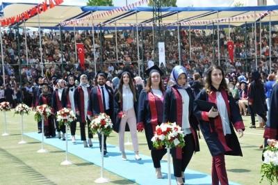 1600 öğrencinin mezuniyet sevinci
