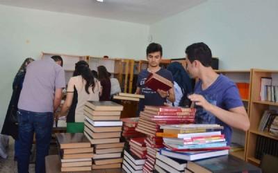 Öğencilerden köy okuluna kütüphane