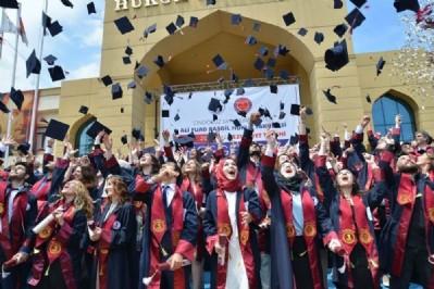 Hukuk Fakültesi'nde mezuniyet coşkusu