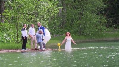 Fotoğraf için gelinlikle göle girdi