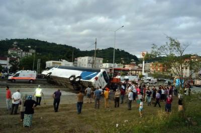 Gürcü çocukların otobüsü devrildi : 38 yaralı