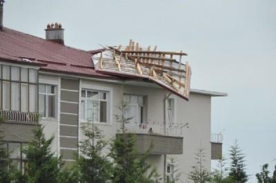 Rüzgar çatı uçurdu, baca yıktı