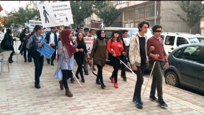 Liselilerden anlamlı yürüyüş