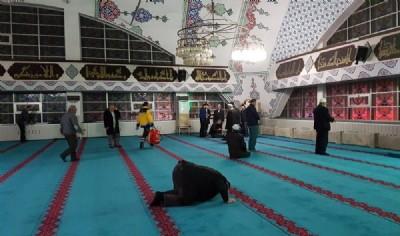 Camide namaz kılarken fenalaştı