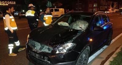 Makam şoförü aracın altında kaldı