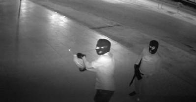 Maskeli kundakçılar kameraya yakalandı