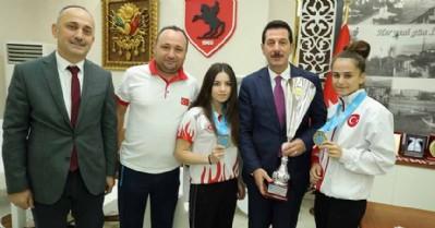 Başkan Tok şampiyonları ağırladı
