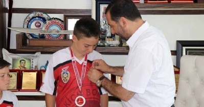 Şampiyon sporcuya Başkan'dan hediye
