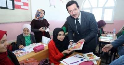 Başkan Tok, öğrencilere kitap dağıttı