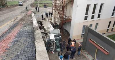 Kum yüklü kamyon istinat duvarından düştü