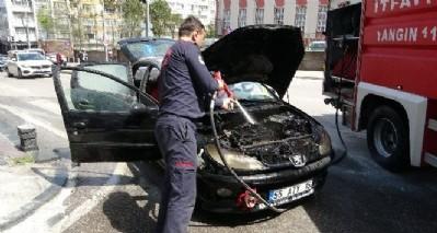 Araba yol ortasında yandı