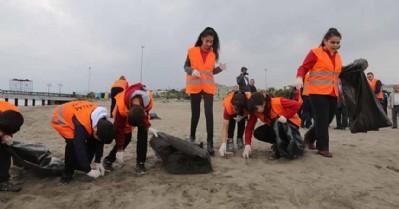 İlk kez geldikleri Atakum sahilini temizlediler