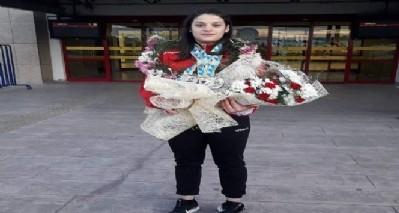 Esma Alper çiçeklerle karşılandı