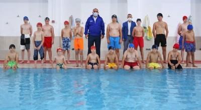Başkan'dan miniklere havuz servisi