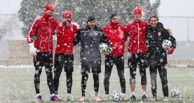 Kar altında çalıştılar