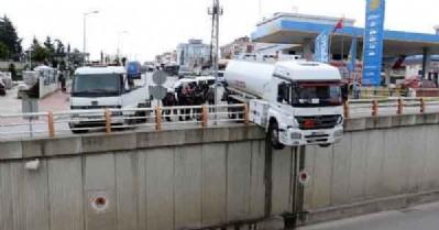 Akaryakıt tankeri havada asılı kaldı