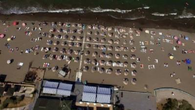 Sıcaktan bunalanlar sahillere koştu